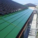 外壁に映えるグリーンのトタン屋根